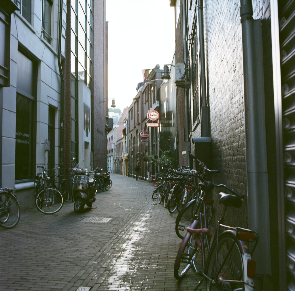 Fuji Reala film shot of an Alley street in Amsterdam